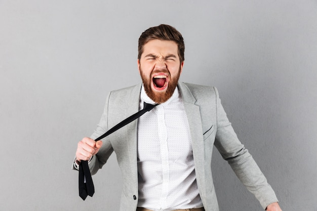 Retrato de un hombre de negocios furioso vestido con traje
