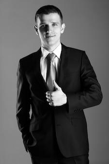 Retrato de hombre de negocios guapo mostrando bien