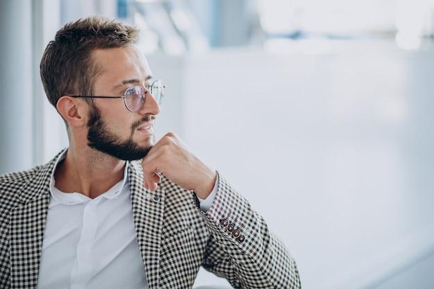 Retrato de hombre de negocios guapo en una oficina