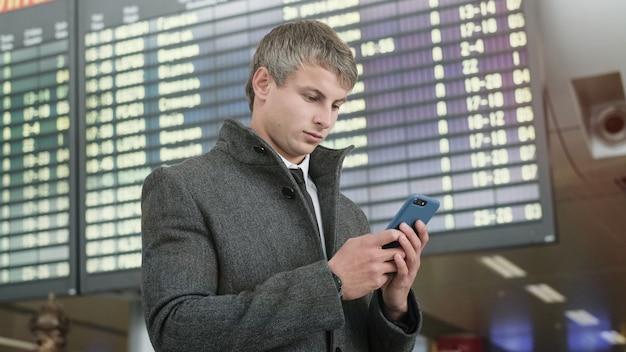 Retrato de hombre de negocios guapo con smartphone.
