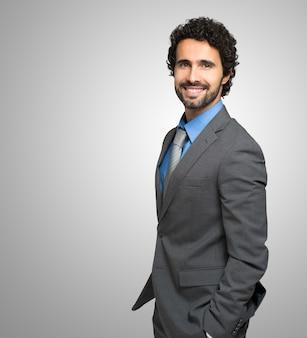 Retrato de un hombre de negocios guapo sonriente