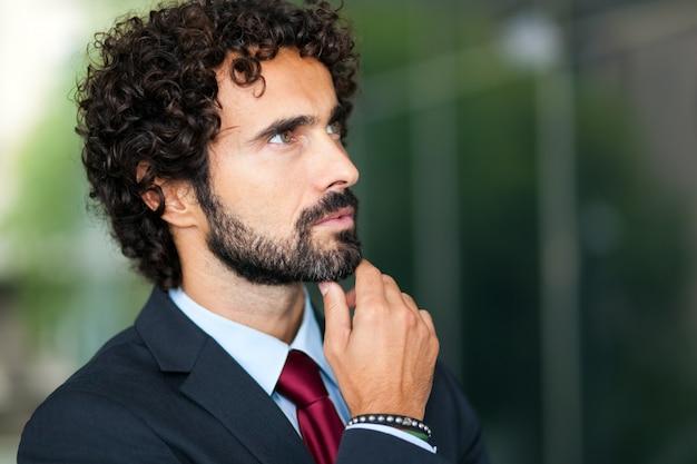 Retrato de hombre de negocios guapo