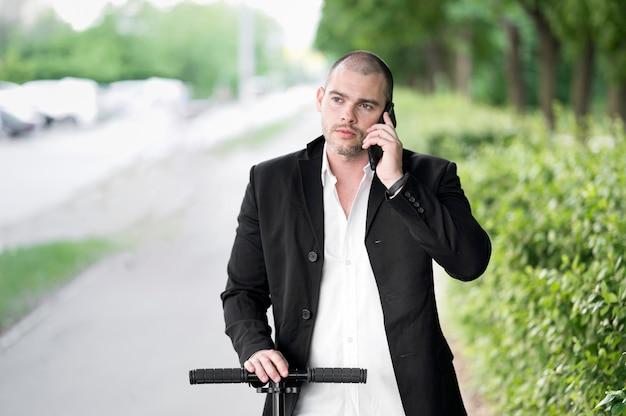 Retrato de hombre de negocios hablando por teléfono