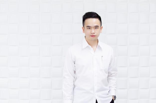 Retrato del hombre de negocios hermoso asiático en el cierre de la camisa blanca para arriba.