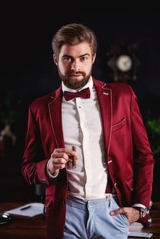 Retrato de hombre de negocios inteligente con cigarro cubano
