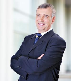 Retrato de hombre de negocios de mediana edad en traje