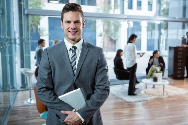 Retrato de hombre de negocios con mesa digital