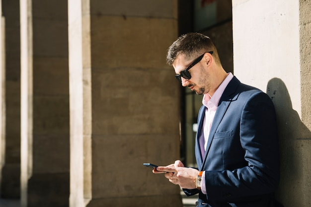 Retrato de hombre de negocios moderno al aire libre