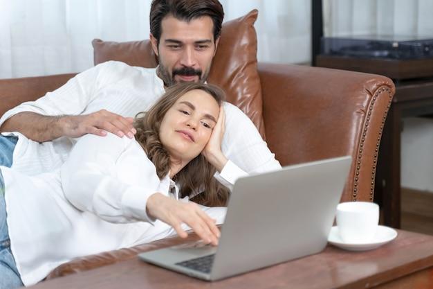 Retrato de hombre de negocios y mujer de negocios usando la computadora portátil en la oficina en casa