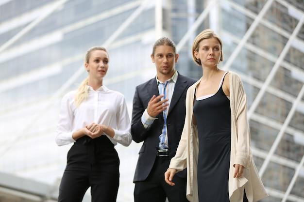 Retrato de hombre de negocios y mujer de pie contra la construcción, empresarios exitosos y empresarios logrando objetivos.