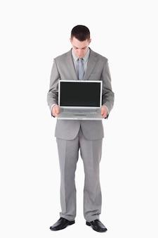Retrato de un hombre de negocios que mira una computadora portátil