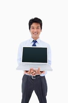 Retrato de un hombre de negocios que muestra un cuaderno