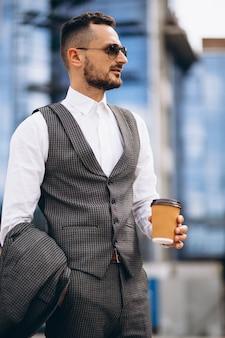 Retrato de hombre de negocios por el rascacielos