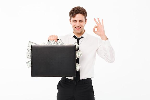 Retrato de un hombre de negocios satisfecho feliz