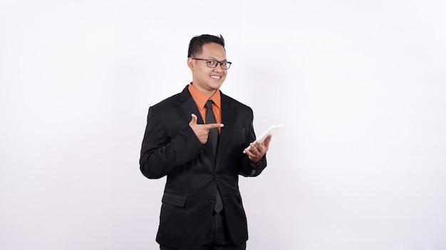 Retrato, de, hombre de negocios, señalar con, teléfono, fondo blanco