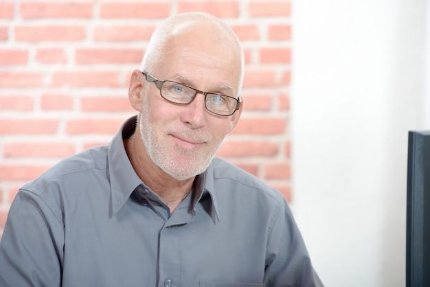 Retrato de hombre de negocios senior con anteojos