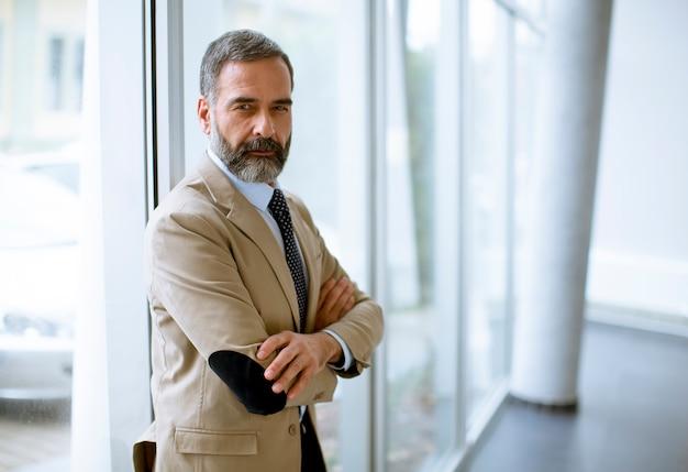 Retrato de hombre de negocios senior en la oficina
