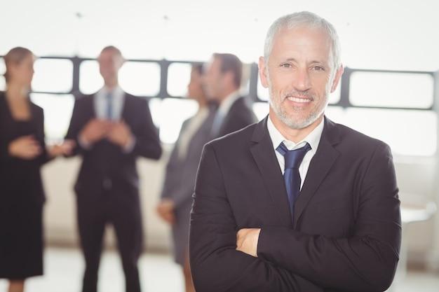 Retrato de hombre de negocios sonriendo a la cámara