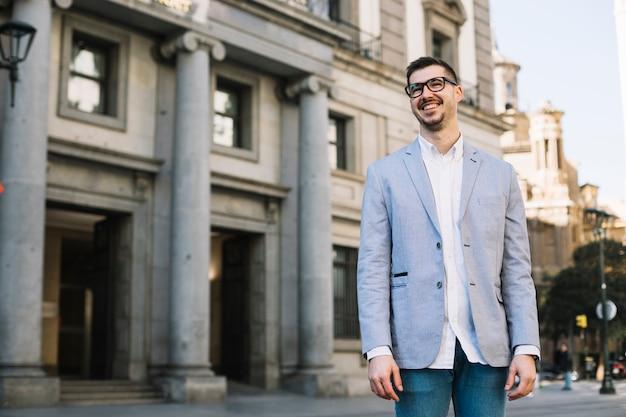 Retrato de hombre de negocios sonriente al aire libre