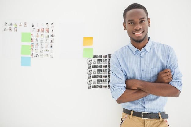 Retrato de hombre de negocios sonriente con los brazos cruzados