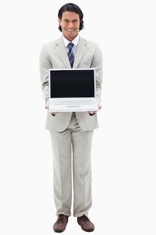Retrato de un hombre de negocios sonriente que muestra un cuaderno