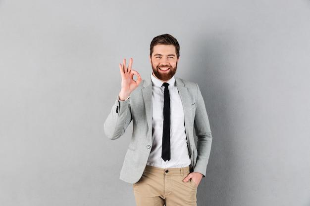 Retrato de un hombre de negocios sonriente vestido con traje