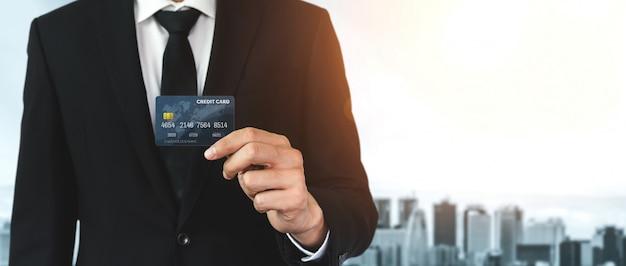 Retrato de un hombre de negocios con una tarjeta de crédito.