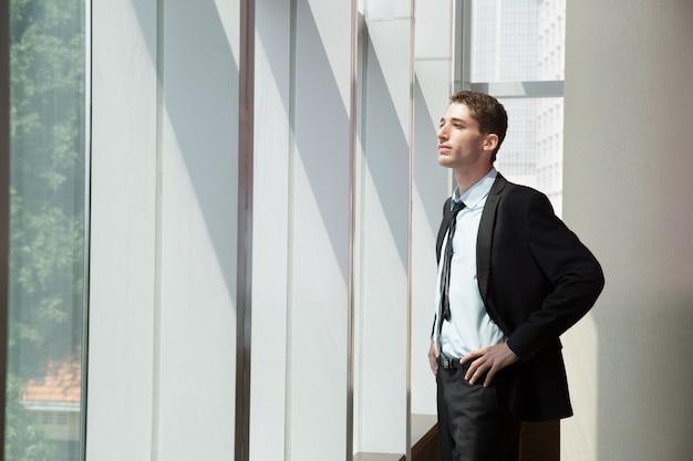 Retrato de hombre de negocios en la ventana 1