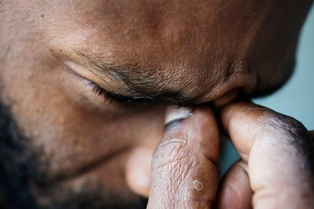 Retrato de hombre negro estresado