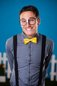 Retrato de hombre nerd divertido