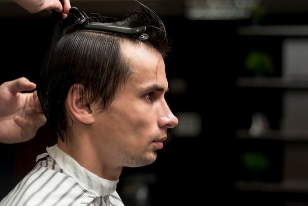 Retrato, de, un, hombre, obteniendo, un, corte de pelo
