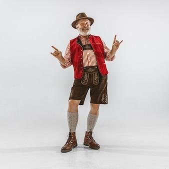 Retrato de hombre de oktoberfest, vistiendo la ropa tradicional bávara