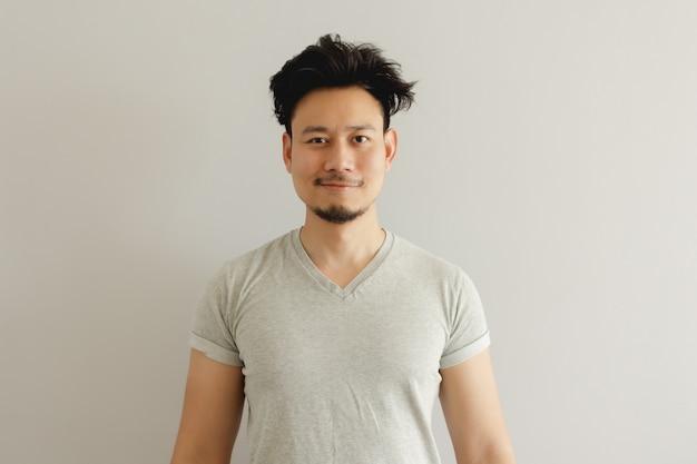 Retrato de hombre con peinado de despertador divertido.