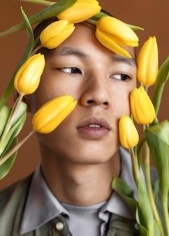 Retrato, hombre, posar, con, flores