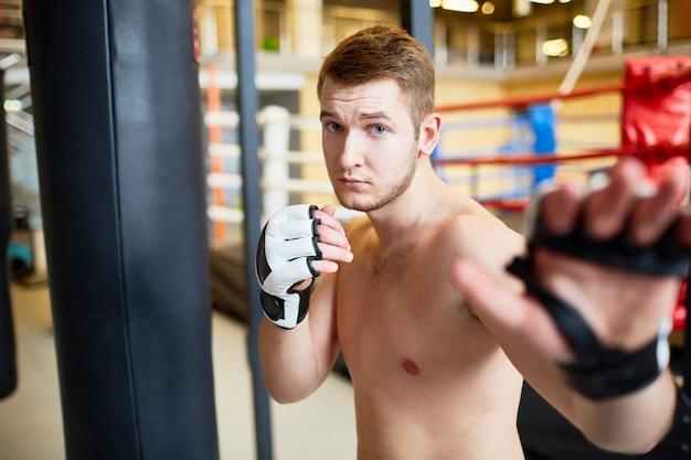 Retrato del hombre en la práctica de boxeo