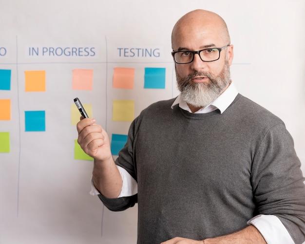Retrato de hombre presentando plan de negocios