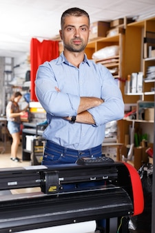 Retrato de un hombre que trabaja en un estudio de impresión
