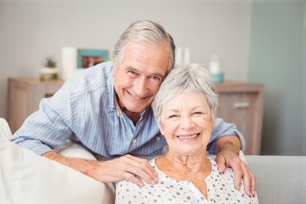 Retrato de hombre romántico senior con su esposa