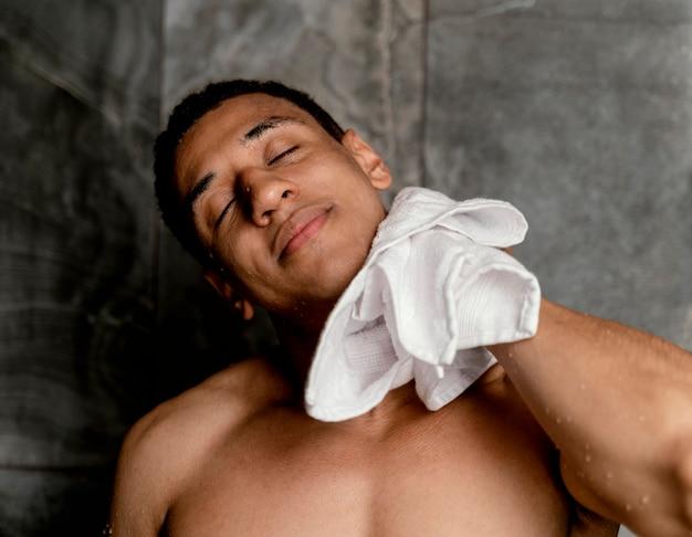 Retrato hombre secándose después de la ducha