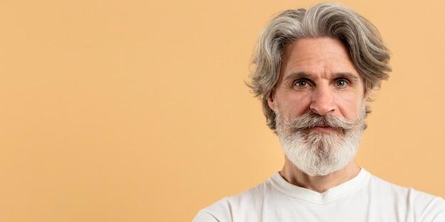 Retrato de hombre senior con espacio de copia