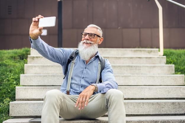 Retrato de hombre senior hipster