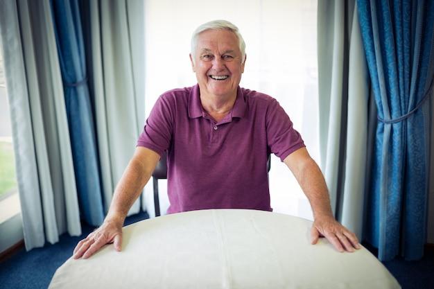 Retrato de hombre senior sonriendo
