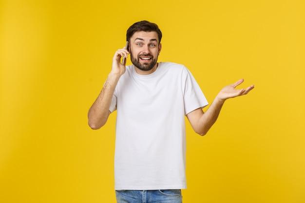 Retrato de un hombre serio hablando por teléfono aislado.