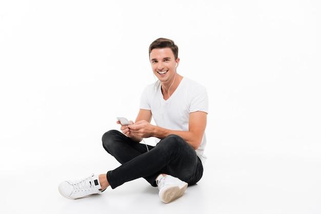 Retrato de un hombre sonriente feliz en camiseta blanca