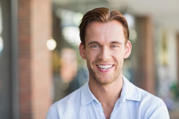 Retrato de hombre sonriente feliz