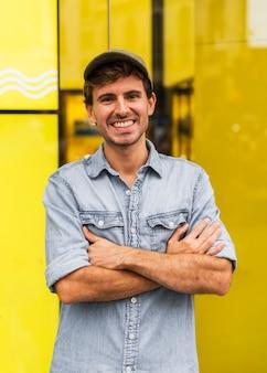 Retrato hombre sonriente mirando a cámara