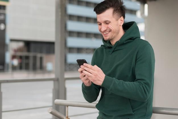 Retrato hombre sonriente con móvil