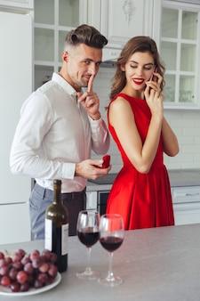 Retrato de un hombre sonriente proponiendo a su novia