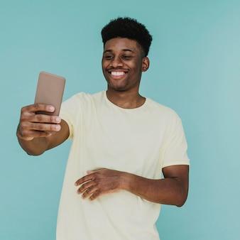 Retrato de hombre sonriente tomando selfie