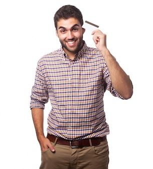 Retrato de hombre con tarjeta de plástico.